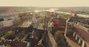 考纳斯,立陶宛- 2017年4月20日:空中 寄生虫射击了城镇厅在城镇厅广场在考纳斯, 2017年4月20日的立陶宛 Sp 影视素材