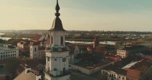 考纳斯,立陶宛- 2017年4月20日:空中 光滑的寄生虫在圣法兰西斯附近射击了泽维尔教会,并且在正方形上的城镇厅  股票录像
