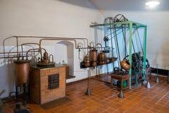 考纳斯,立陶宛- 2017年5月12日:在医学和药房的历史里面博物馆的古色古香的配药片剂机器  免版税库存图片