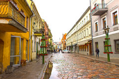 考纳斯,立陶宛- 2017年1月02日:老房子fasades老镇街道的在考纳斯 免版税库存图片