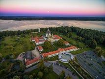 考纳斯,立陶宛- 2016年9月15日:Pazaislis修道院在考纳斯,立陶宛 日落天空和考纳斯水库在背景中 免版税库存照片