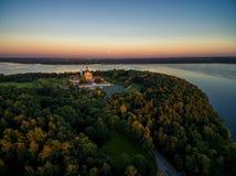 考纳斯,立陶宛- 2016年9月15日:Pazaislis修道院在考纳斯,立陶宛 日落天空和考纳斯水库在背景中 免版税库存图片