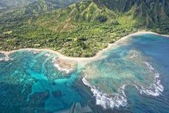 考艾岛napali海岸鸟瞰图 免版税图库摄影
