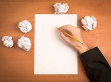 考虑想法的一个人的手 免版税图库摄影