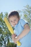考虑摇摆的男孩他的棒 免版税库存图片