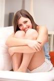 考虑爱的美丽的女孩 免版税库存图片