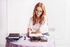 考虑的女实业家工作 事务, j的概念 免版税库存照片