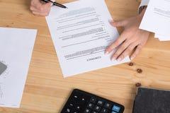 考虑签的妇女合同 免版税库存图片
