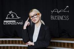 考虑赚钱的一名白肤金发的妇女的画象 到达天空的企业概念金黄回归键所有权 免版税库存图片