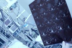 考虑重的患者的CT扫描医生 库存图片