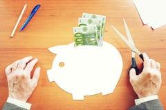考虑金钱储款的商人在欧元 免版税库存图片