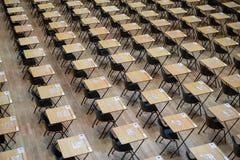 考试大厅设定与椅子和木书桌 拍摄在玛丽王后学院,伦敦大学 免版税图库摄影