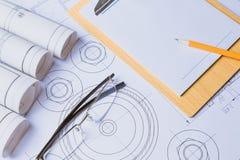 统治者、橡皮擦、玻璃和一支铅笔在楼面布置图- Bussines静物画 免版税库存图片