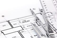统治者、笔和制图圆规在房子建筑图画  免版税库存照片