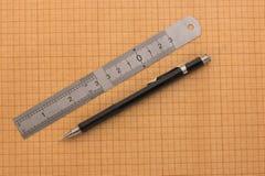 统治者和铅笔在座标图纸 库存照片