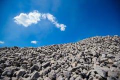 攻击者 被击碎的石头 岩石 免版税图库摄影