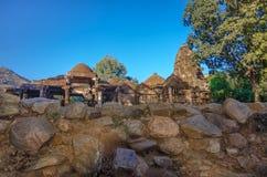 耆那教和希瓦寺庙的废墟在马球森林里在古杰雷特,印度 图库摄影