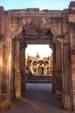 耆那教和希瓦寺庙的废墟在马球森林里在古杰雷特,印度 免版税图库摄影