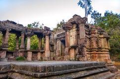 耆那教和希瓦寺庙的废墟在马球森林里在古杰雷特,印度 免版税库存照片