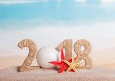 而不是第0的新年题字2018年, -白色球, 库存照片