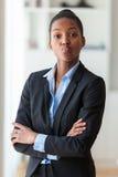 耍笑一个年轻非裔美国人的女商人的画象- Bl 库存照片
