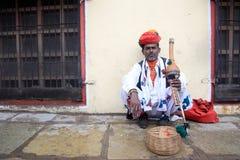 耍蛇者在Jantar Mantar前面执行 免版税图库摄影