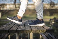 耐克罗氏跑在街道的2双鞋子 图库摄影