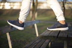 耐克罗氏跑在街道的2双鞋子 免版税图库摄影