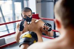 耐力在圆环的拳击训练 免版税库存图片