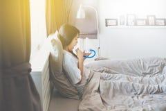 耐心亚裔女性使用刺激性肺量计的或三个球为刺激肺 免版税库存图片