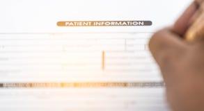 耐心信息形式和笔迷离在书桌,医疗questio上 免版税库存图片