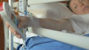 耐心告诉帮助的护士的新闻红色紧急按钮在医院 股票视频