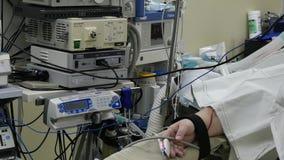 耐心手胃肠腹腔镜检查在手术室 股票录像