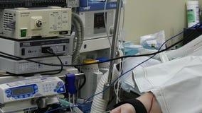 耐心手胃肠腹腔镜检查在手术室 股票视频