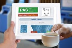 耐心注册的技术在数字式片剂 免版税图库摄影
