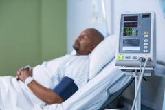 耐心监视机器在病区里 免版税图库摄影