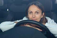 耐心等待在她的汽车的妇女 免版税库存照片