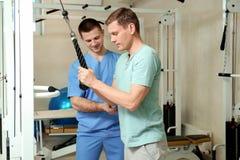 耐心行使在生理治疗师监督下 图库摄影