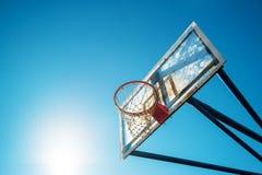 耐热有机玻璃街道有箍的篮球委员会在室外法院 免版税库存图片