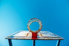 耐热有机玻璃街道有箍的篮球委员会在室外法院 图库摄影
