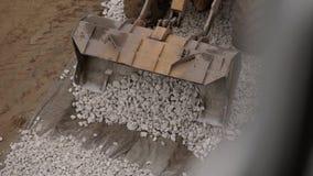 耐用在建造场所的推土机移动的石渣顶视图  股票视频