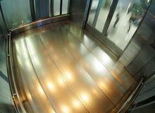 耐用工业推力电梯由不锈钢和玻璃制成 免版税库存图片