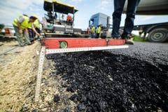 耐用筑路 热的沥青被放置的和被测量的fo 图库摄影