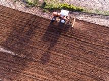 耕农田的拖拉机阿列尔景色 库存图片