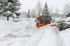 耕犁雪拖拉机 库存照片
