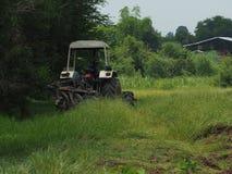 耕种为准备土壤耕作 免版税图库摄影