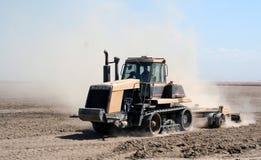 耕种的拖拉机 免版税图库摄影