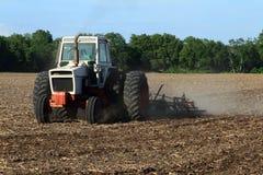 耕种领域的农夫 免版税库存照片