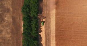 耕领域的拖拉机的顶视图在会集在麦子2以后 股票视频
