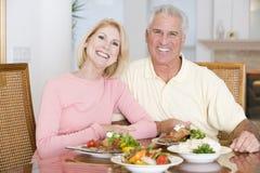 耦合享受健康膳食的年长的人 免版税库存图片